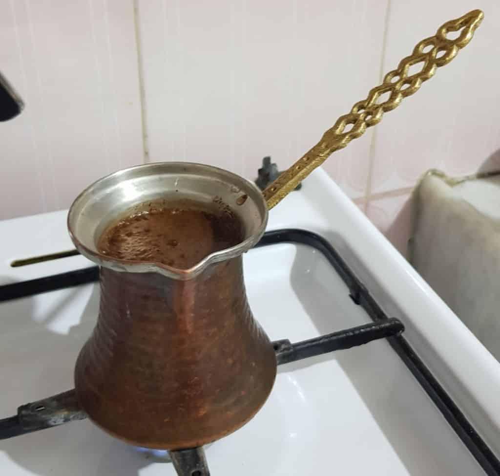Türkischer Kaffee mit Cezve zubereitet